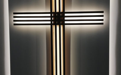 Ein Kreuz und ein Lesepult für die Friedenskirche